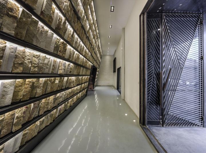 Дизайн интерьера музея камня: семиметровый стеллаж