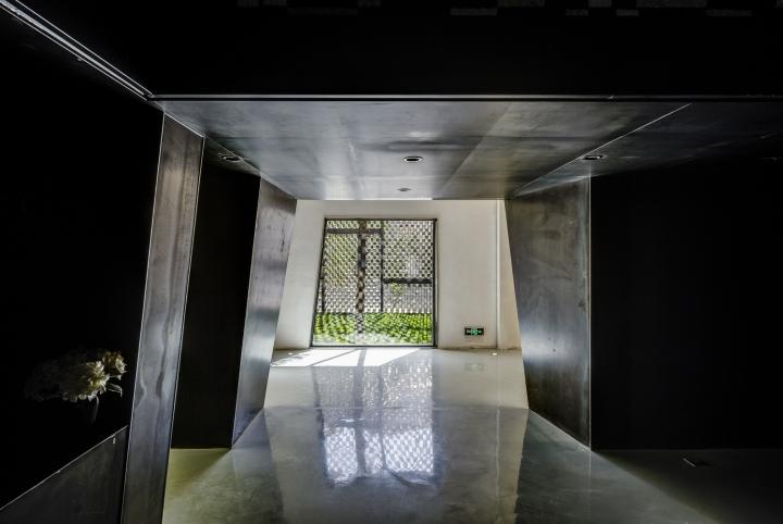 Дизайн интерьера музея камня: контраст белого и чёрного