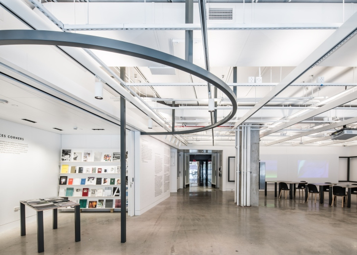 Дизайн интерьера музея: стальные элементы