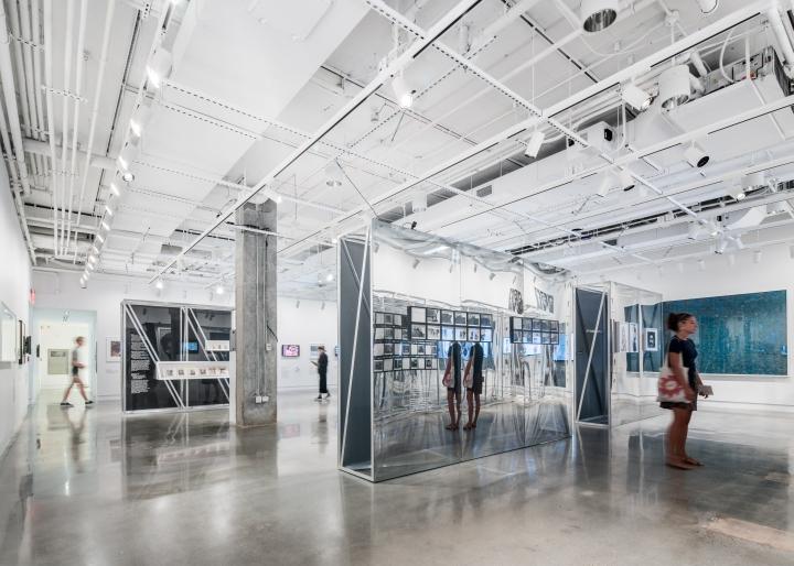 Дизайн интерьера музея: зеркальные поверхности в декоре