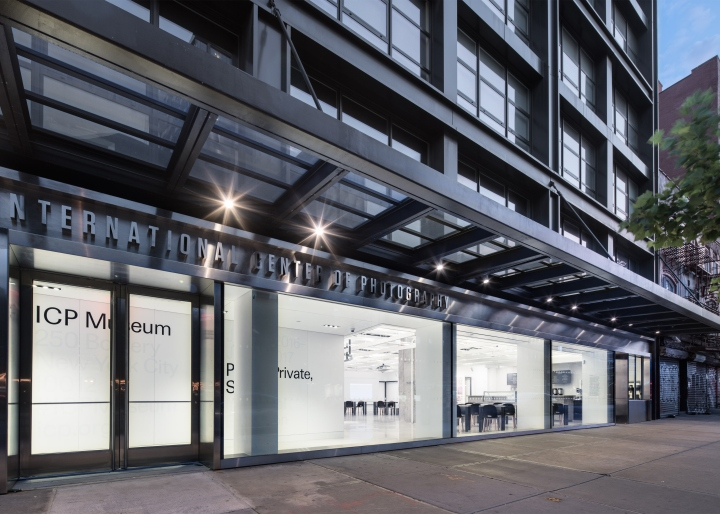 Дизайн интерьера музея: стальные рамы у дверей и витрин