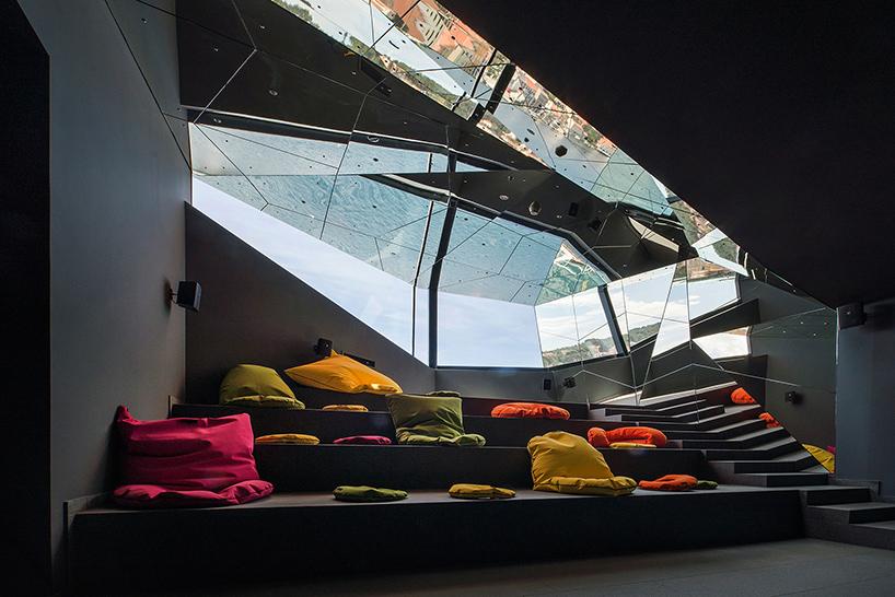 Дизайн интерьера музея: виды близлежащего порта на потолке