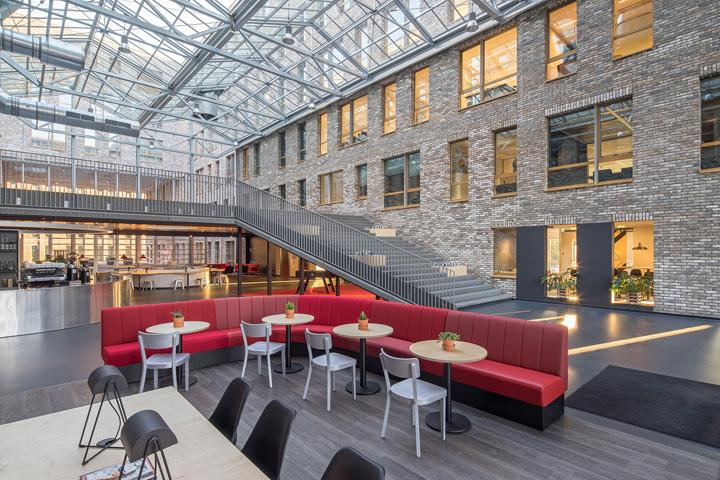 Дизайн интерьера офиса. Фото из Эйдховена - переход между двумя частями здания