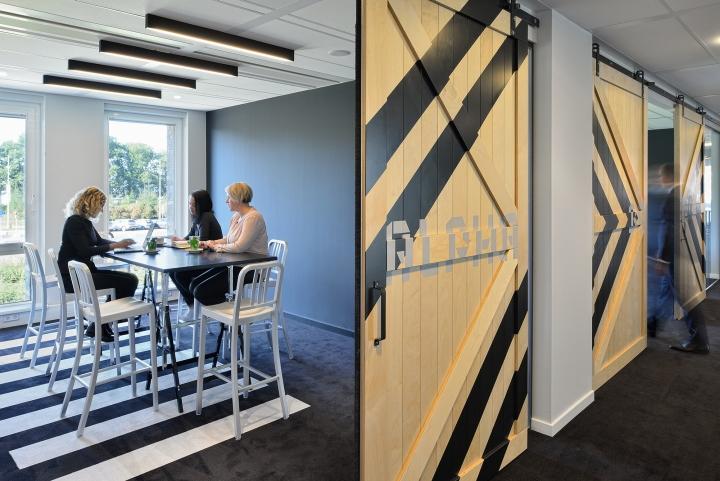Дизайн интерьера офиса. Фото из Эйдховена - ангарные двери