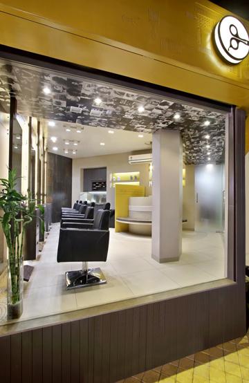 Дизайн интерьера парикмахерского салона Capital в Индии: витрина