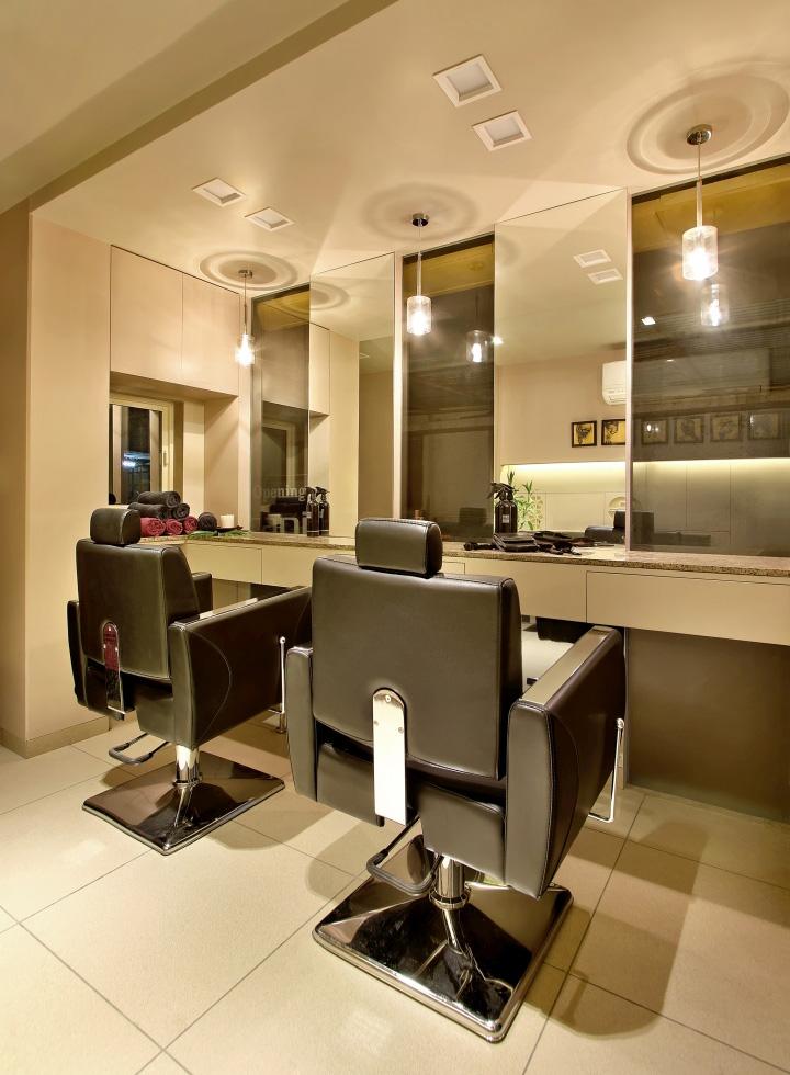 Дизайн интерьера парикмахерского салона Capital в Индии: кожаные кресла