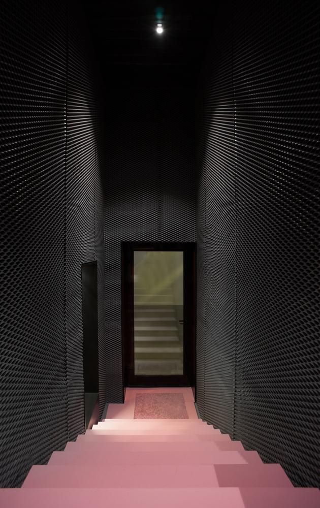 Интерьер маникюрного салона: розовая лестница