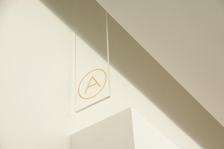 Дизайн интерьера современного офиса: миниатюрный знак хорошо виден