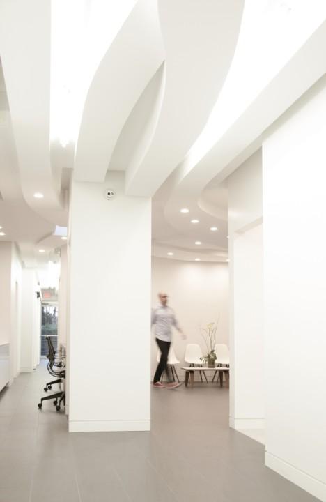 Дизайн интерьера современного офиса: изогнутые линии на потолке