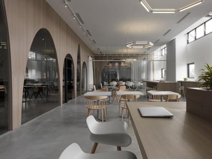 Дизайн интерьера современного офиса: деревянные столы и стулья