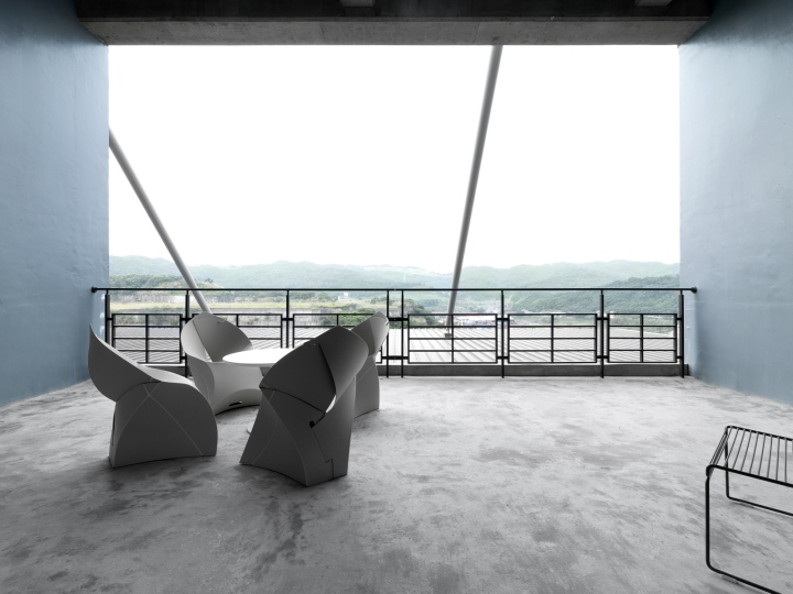 Дизайн интерьера современного офиса: вид с балкона