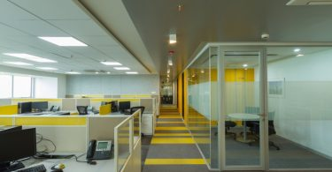 Яркий дизайн интерьера современного офиса компании Liebherr