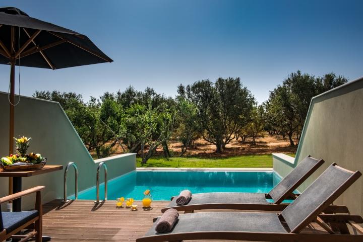 Деревянные лежаки у бассейна в дизайне интерьера спа-салона