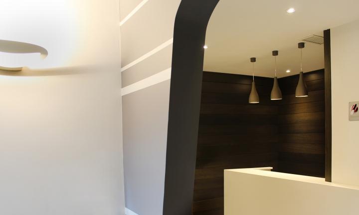 Оригинальные потолочные светильники в интерьере стоматологической клиники