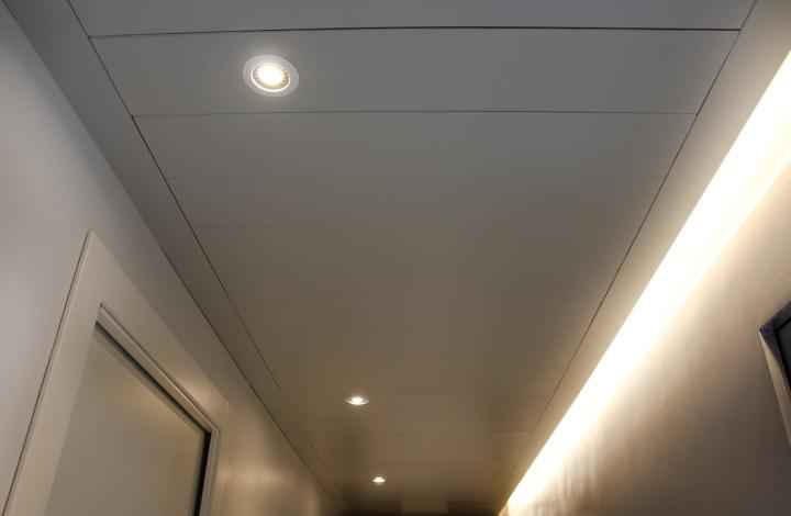 Дизайн белого потолка в интерьере стоматологической клиники