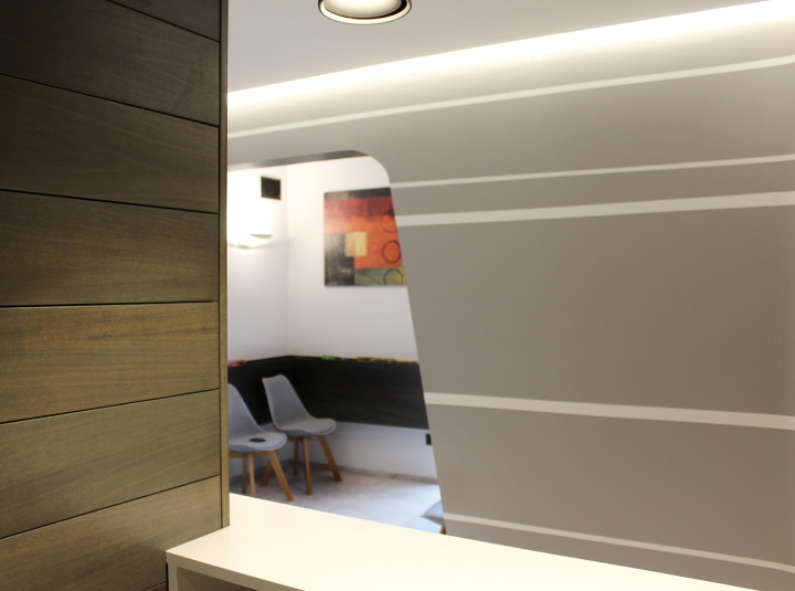 Декорирование стены клиники светлыми полосами