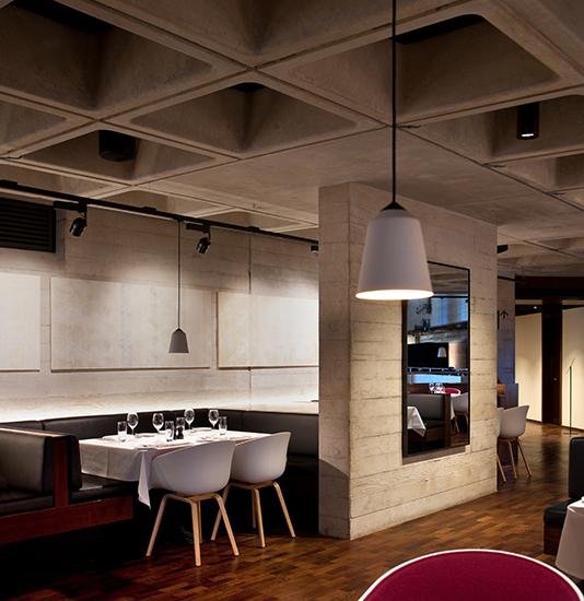 Дизайн интерьера театра: бетонные стены омываются светом
