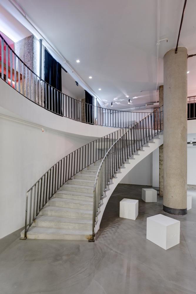 Металлические перила лестницы в интерьере театра