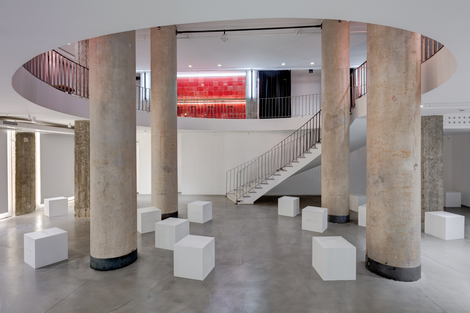 Бетонные колонны в интерьере театра
