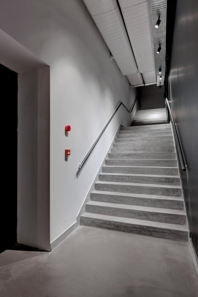 Светлые-серые стены в интерьере театра