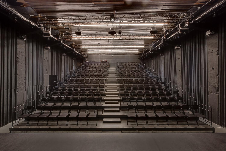 Тёмно-серый интерьер зала театра