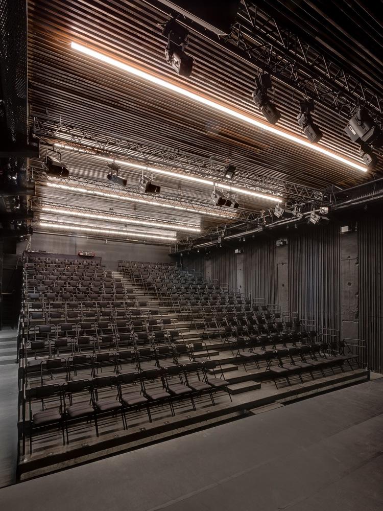 Чёрные кресла в интерьере зала театра