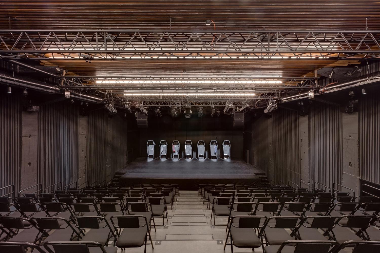 Чёрный настил сцены в интерьере театра