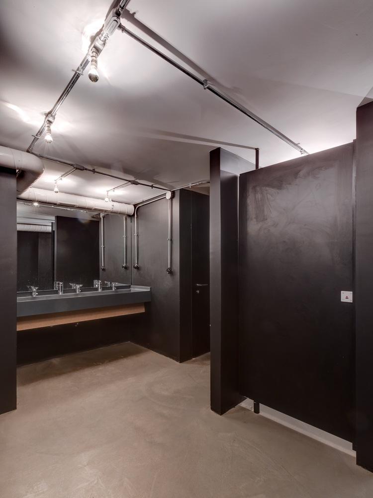 Чёрные стены в интерьере уборной театра