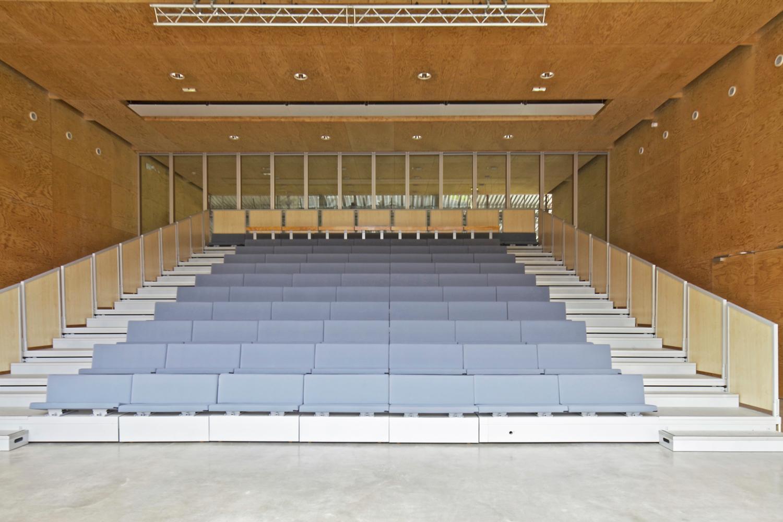 Задвижной подиум в интерьере театра - Фото 1