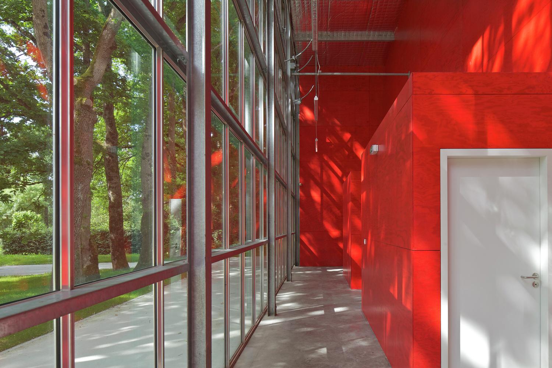Красные стены в интерьере театра