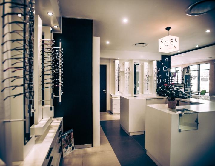 Уникальные витрины, стеллажи и полки в дизайне магазина