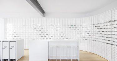 Дизайн магазина очков, в котором архитектура доминирует над декором