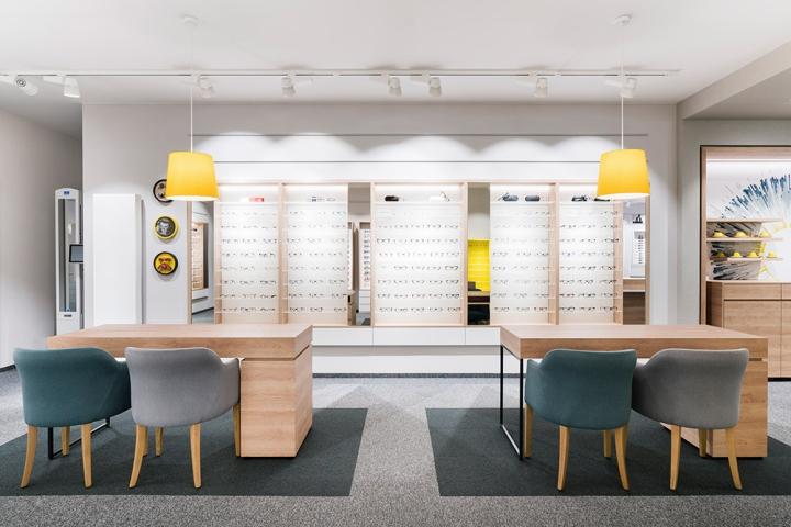Дизайн магазина очков Binder Optik - использование дерева и ковровых покрытий