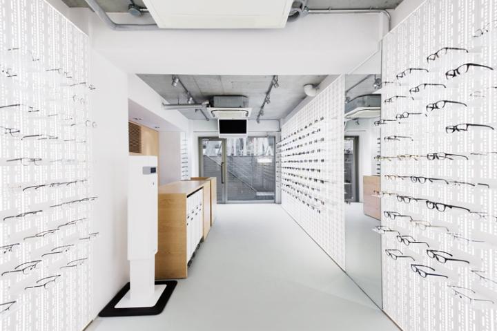 Оформление витрин в магазине оптики
