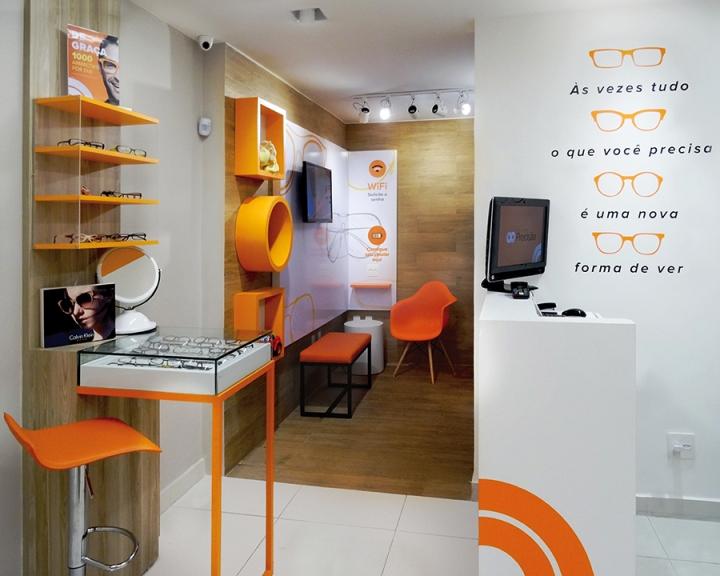 Ярко-оранжевые полки в дизайне магазина оптики