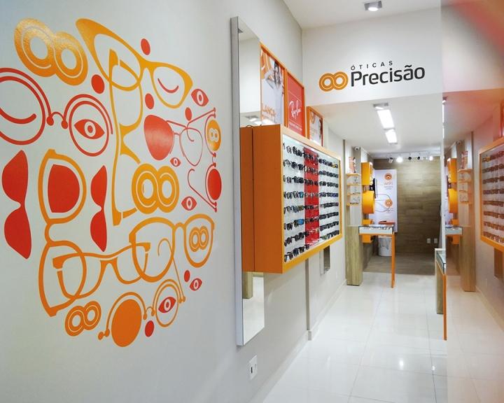 Глянцевая плитка на полу в дизайне магазина оптики
