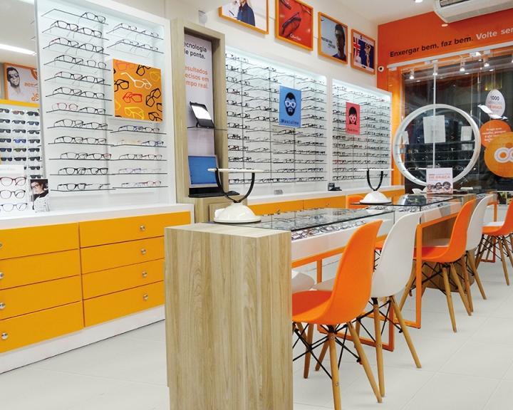 Бело-оранжевые стулья в дизайне магазина оптики