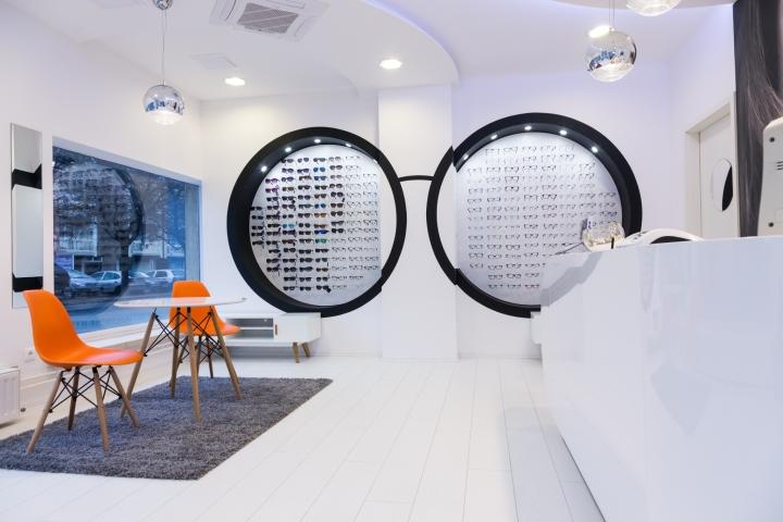 Дизайн магазина оптики: яркие сидения