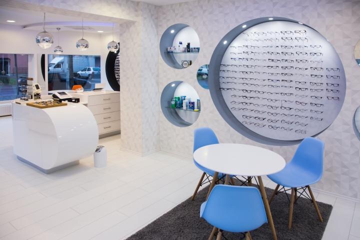 Дизайн магазина оптики: голубые кресла