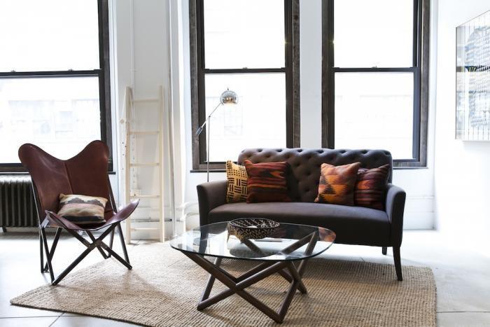 Кожаное кресло-бабочка в дизайне маленького офиса