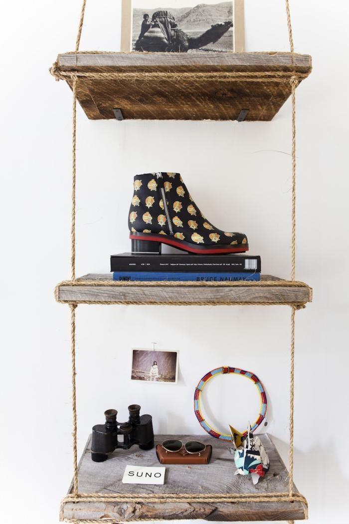 Дизайн деревянной полки в стиле рустик в интерьере маленького офиса