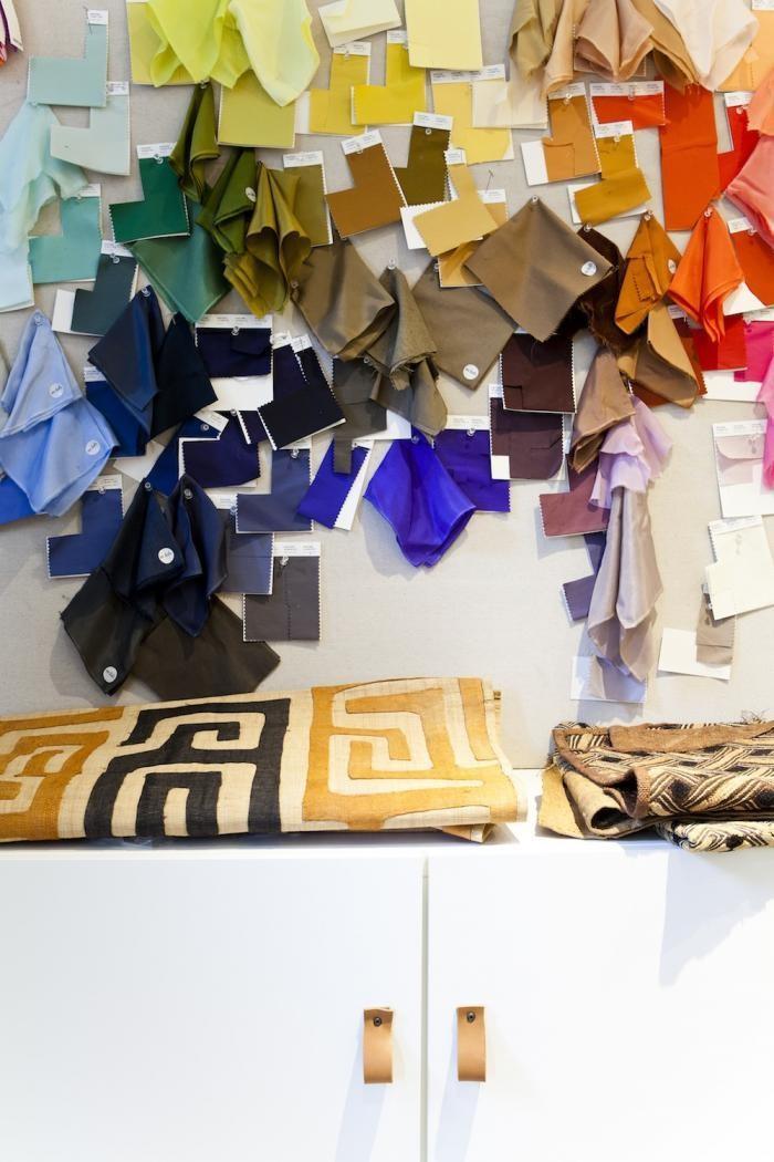 Разноцветные лоскутки ткани на стене в дизайне маленького офиса