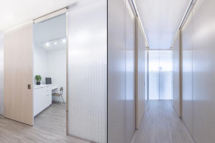 Дизайн медицинского учреждения: оформление стен в коридоре