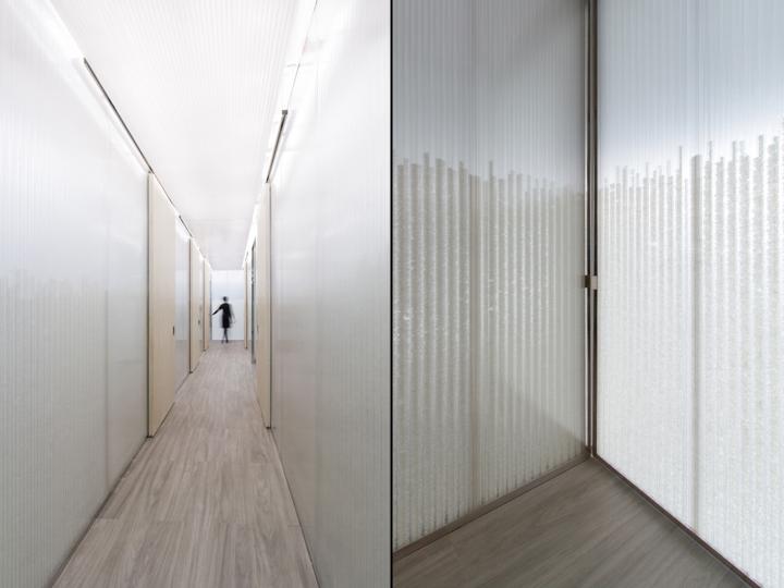 Дизайн медицинского учреждения: подсветка дверей в коридоре