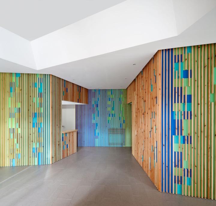 Оригинальный разноцветный дизайн стен в интерьере медицинского офиса