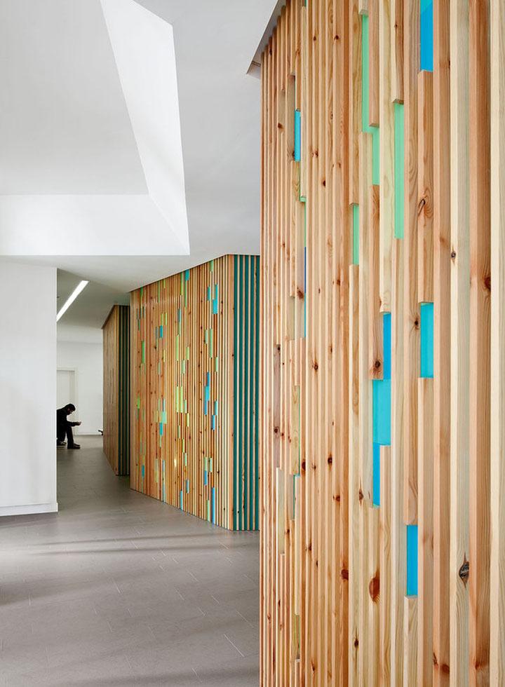 Отделка стен деревом в интерьере медицинского офиса