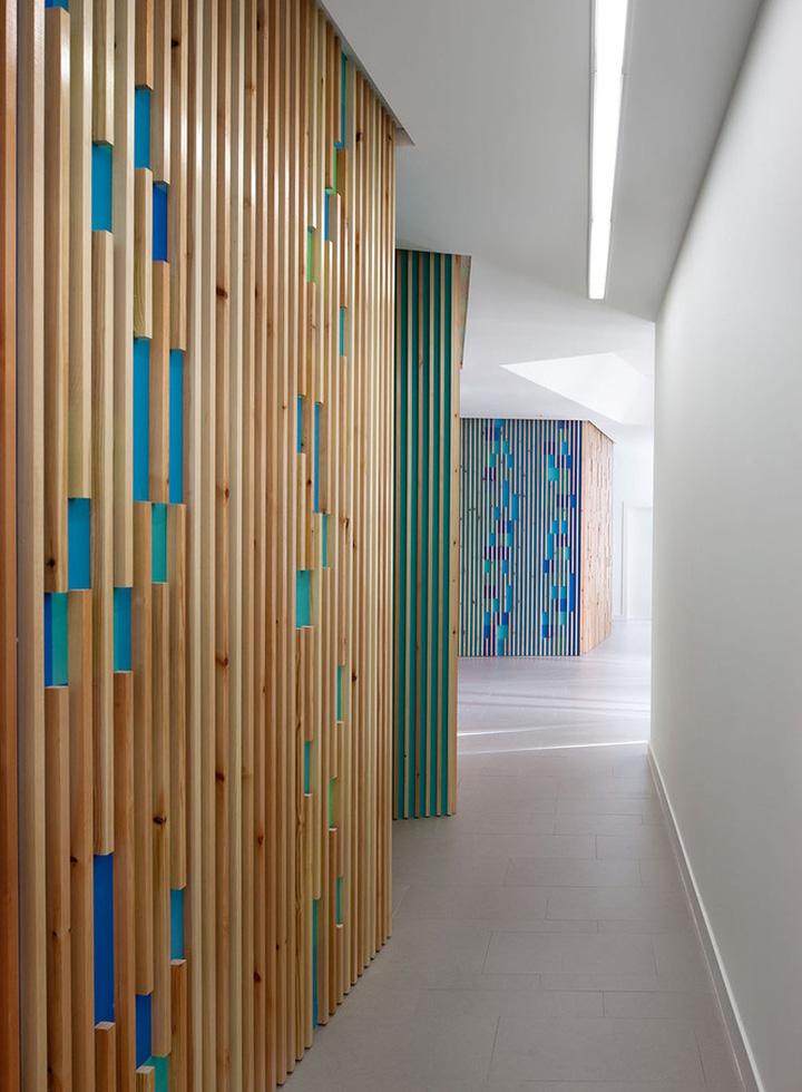 Необычные яркие стены в интерьере медицинского офиса - Фото 1