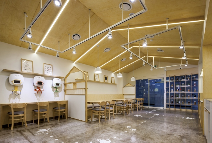 Отделка потолка клиники светлыми деревянными панелями