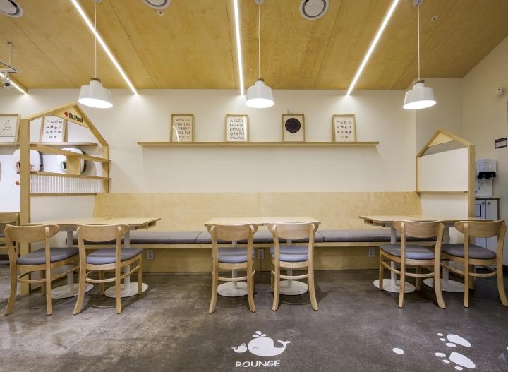 Оригинальные деревянные стулья в интерьере клиники