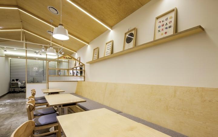 Деревянные столики в интерьере клиники